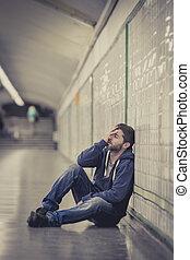 jonge man, verloren, in, depressie, zittende , op, grond, straat, metro tunnel