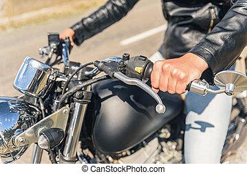 jonge man, zittende , op, zijn, motorfiets