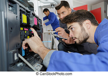 jonge, mannelijke , technicus, herstelling, digitale , fotokopieerapparaat, machine