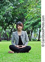 jonge, meditatie, vrouw, in, natuur