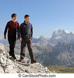 jonge mensen, wandelende, in de bergen