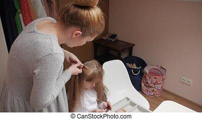 jonge, moeder, dochter, vlechten