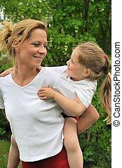jonge, moeder, geven, haar, kind, ritje op de rug rit