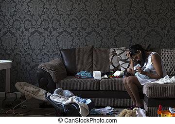 jonge, moeder, is, zittende , op, haar, sofa, met, haar,...