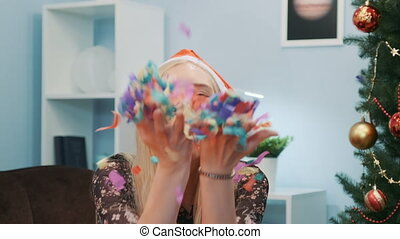 jonge, mooi, kleurrijke, fototoestel, vrouw, confetti, blazen, kerstmuts