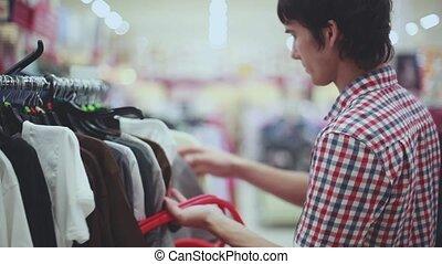 jonge, mooi, man, kijken naar, shop., shoppen , op, de mall, voor, mannen, clothes., bokeh, lights., 1920x1080