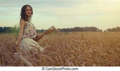 jonge, mooi, romantische, vrouw het lopen, in, een, tarwe,...