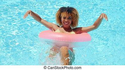 jonge, mooi, sexy, vrouw, het poseren, in, pool