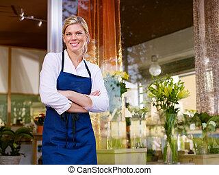 jonge, mooi, vrouw, werkende , als, bloemist, in, winkel,...
