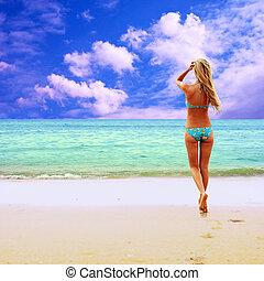 jonge, mooie vrouwen, op, de, zonnig, tropisch strand, in,...