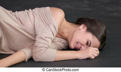 jonge, ongelukkig, vrouw, ligt, op de vloer, en, sobs.