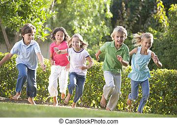 jonge, rennende , vijf, buitenshuis, het glimlachen, vrienden