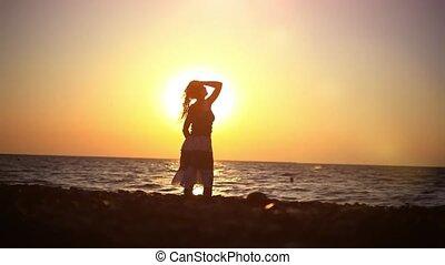 jonge, romantische, vrouw het lopen, om te, de, zee, op,...