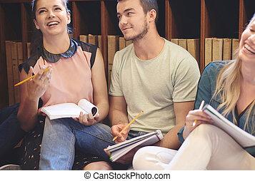 jonge, scholieren, vergadering, in, bibliotheek