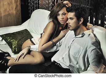 jonge, sexy, paar, het poseren, op, de, witte , bankstel