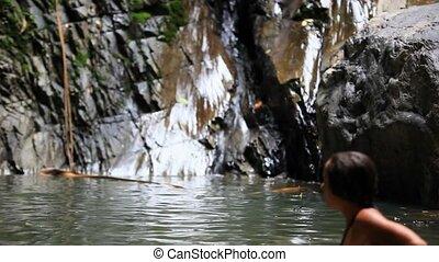 jonge, sexy, vrouw ontspannend, in, een, waterval, op, koh, samui., thailand., hd., 1920x1080