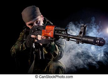 jonge, soldaat, in, uniform, met, geweer