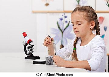 jonge, student, in, biologie, wetenschap klas, studeren, kleine, planten
