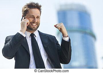 jonge, succesvolle , zakenmens , klesten, mobiele telefoon
