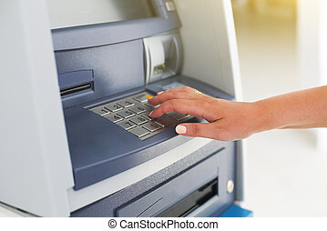 jonge, toerist, vrouw, gebruik, bankwezen machine