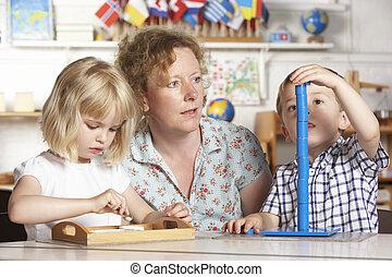 jonge, twee, portie, volwassen kinderen, montessori/pre-...