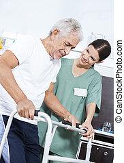 jonge, verpleegkundige, portie, patiënt, in, gebruik, walker, op, rehab, centrum