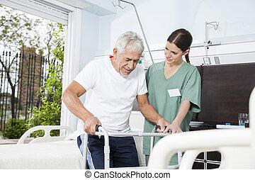 jonge, verpleegkundige, portie, patiënt, in, gebruik, walker, op, verpleeghuis