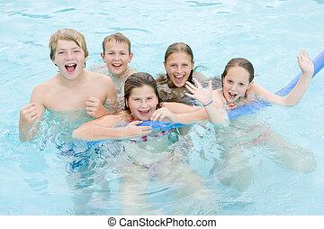 jonge, vijf, het glimlachen, vrienden, gespeel zwembad, zwemmen