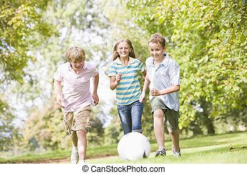 jonge, voetbal, vrienden, spelend, drie