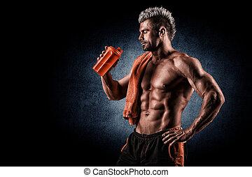 jonge volwassene man, drinkt, proteine verwiken, in, gym., black , achtergrond.