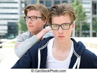 jonge volwassene, mannelijke , tweeling, het poseren, buitenshuis