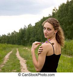 jonge volwassene, vrouw, met, vlinder