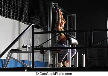 jonge vrouw , beoefenen, fitness, en, het uitwerken, in, een, gymyoung, vrouw, beoefenen, fitness, en, het uitwerken, in, een, gym
