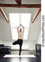 jonge vrouw , beoefenen, yoga, in, woonkamer
