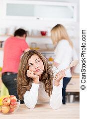 jonge vrouw , beslissen, wat, om te koken