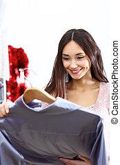 jonge vrouw , binnen, een, winkel, kopende kleren