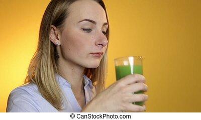 jonge vrouw , drinkt, groen groente, smoothie