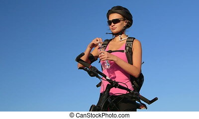 jonge vrouw , fietser, op, de fiets van de berg, drinkwater, gedurende, cycling
