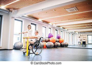 jonge vrouw , fysiotherapeut, werkende , met, een, hogere mens, in, wheelchair.