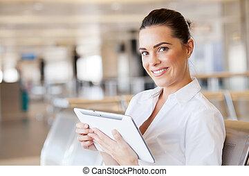 jonge vrouw , gebruik, tablet, computer, op, luchthaven