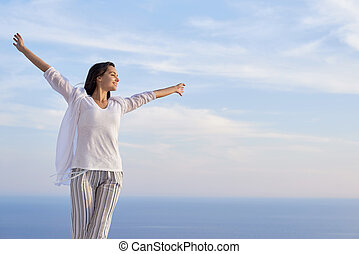 jonge vrouw , genieten, ondergaande zon