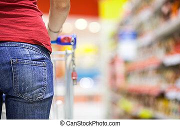 jonge vrouw , grocery boodschapend doend, in, supermarkt