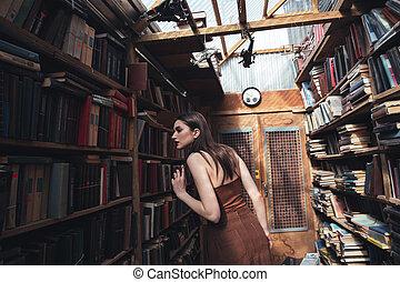 jonge vrouw , grondig, boek, in, bibliotheek