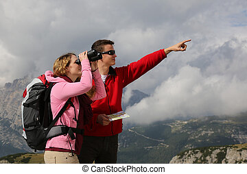 jonge vrouw , grondig, de, bestemming, terwijl, haar, boyfriend, is, het tonen, de, richting, in de bergen