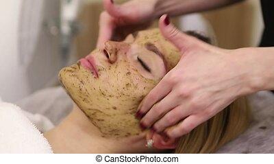jonge vrouw , hebben, gezicht, behandeling, in, spa, salon