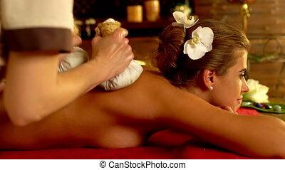 jonge vrouw , hebben, warme, exotische , poultice, masseren, in, spa, salon.4k.