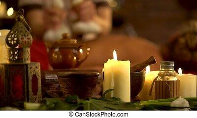 jonge vrouw , hebben, warme, poultice, masseren, in, spa, salon, met, burning, candles.
