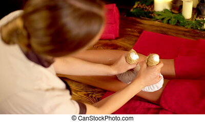 jonge vrouw , hebben, warme, voet, poultice, masseren, in, spa, salon., 4k.