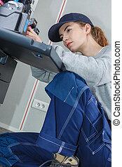 jonge vrouw , herstelling, fotokopieerapparaat
