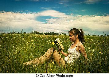 jonge vrouw , het boek van de lezing, op, een, weide